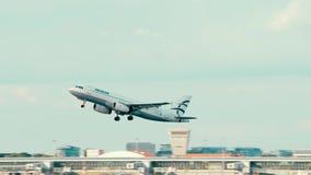 VARSAVIA, POLONIA - 15 GIUGNO 2018 L'aeroplano di SX-DGL Aegean Airlines Airbus A320-232 decolla immagini stock libere da diritti
