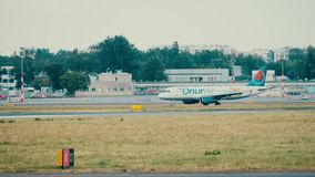 VARSAVIA, POLONIA - 15 GIUGNO 2018 Rullaggio dell'aeroplano di TC-OBS Onur Air Airbus A320-232 video d archivio