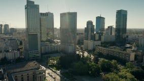 VARSAVIA, POLONIA - 5 GIUGNO 2019 Vista aerea dei grattacieli del distretto aziendale nel centro urbano archivi video