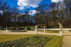 Varsavia, Polonia, il 9 marzo 2019: Sculture antiche nel parco di Lazienki immagine stock