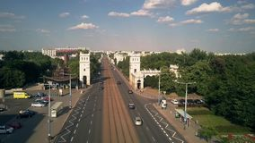 VARSAVIA, POLONIA - 5 LUGLIO 2018 Vista aerea della via di Aleje Jerozolimskie e del ponte di Poniatowskiego stock footage