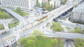 VARSAVIA, POLONIA - MAGGIO, 2, 2017 Colpo aereo della via della città e del tram giallo commovente Fotografie Stock
