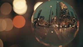 VARSAVIA, POLONIA - 5 MARZO 2018 Attraversamento del centro della via della città nella sera come vista attraverso la palla di ve illustrazione di stock