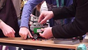 VARSAVIA, POLONIA - 4 MARZO, 2017 Robot e famiglia di DIY che sostengono giovane partecipante della concorrenza di robotica Immagine Stock Libera da Diritti
