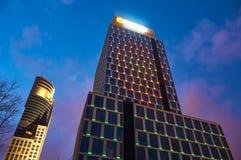 Varsavia, Polonia - 28 marzo 2016: Via di Grzybowska 78, centro corporativo di perfezione dell'edificio per uffici, Raiffeisen Po Immagine Stock Libera da Diritti