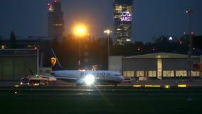 VARSAVIA, POLONIA - 14 SETTEMBRE 2017 Aeroplano commerciale di Ryanair Boeing che rulla all'aeroporto alla notte archivi video