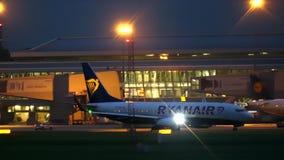 VARSAVIA, POLONIA - 14 SETTEMBRE 2017 Aeroplano commerciale di Ryanair Boeing 737 che rulla all'aeroporto alla notte video d archivio