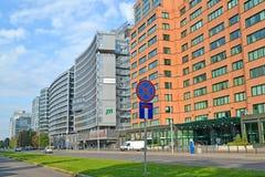 Varsavia, Polonia Un tipo sulla via i viali di Gerusalemme e le costruzioni moderne dell'alta carica Fotografia Stock Libera da Diritti