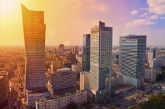 Varsovia céntrica - foto aérea de rascacielos modernos en la puesta del sol Imagen de archivo