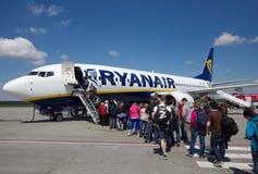 VARSOVIA - 2 DE MAYO DE 2015: Passеngers que sube al vuelo de Ryanair, en el mA Foto de archivo libre de regalías