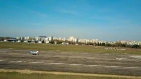 VARSOVIA, POLONIA - ABRIL, 1, 2017 El tiro aéreo de un aterrizaje de aeroplano azul del propulsor en aeropuerto local plateó la p Foto de archivo libre de regalías