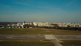 VARSOVIA, POLONIA - ABRIL, 1, 2017 El tiro aéreo de un pequeño aterrizaje de aviones del propulsor en aeropuerto de la ciudad pla Imágenes de archivo libres de regalías