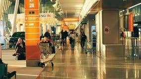 VARSOVIA, POLONIA - ABRIL, 14, 2017 Pasajeros en el terminal de aeropuerto internacional de Chopin por la tarde clip del steadica almacen de video
