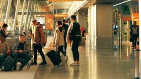 VARSOVIA, POLONIA - ABRIL, 14, 2017 Pasajeros en el terminal de aeropuerto internacional de Chopin por la tarde vídeo del steadic almacen de video