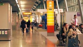 VARSOVIA, POLONIA - ABRIL, 14, 2017 Steadicam tiró del terminal de aeropuerto internacional de Chopin, subiendo a área vídeo 4K almacen de video