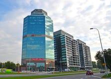 Varsovia, Polonia Altos edificios modernos de la subida del centro de negocios Evrotsentrum en la calle las avenidas de Jerusalén Imagen de archivo