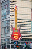 Varsovia, Polonia - 18 de abril de 2017: Guitarra enorme de Hard Rock Cafe en Zlote Tarasy en Varsovia fotos de archivo