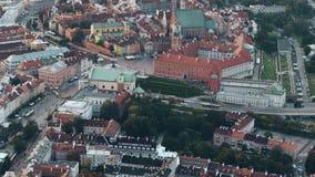VARSOVIA, POLONIA - 26 DE AGOSTO DE 2017 Vista aérea de la calle de Podwale y de la ciudad vieja por la tarde almacen de metraje de vídeo