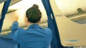 VARSOVIA, POLONIA - 25 DE DICIEMBRE DE 2017 Asistente de vuelo de KLM que da la instrucción de seguridad a los pasajeros almacen de video