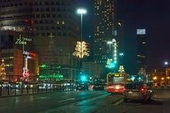 VARSOVIA, POLONIA - 1 DE ENERO DE 2016: Calles de la noche del centro de ciudad de Varsovia en decoraciones de la Navidad Imagen de archivo libre de regalías