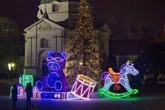 VARSOVIA, POLONIA - 2 DE ENERO DE 2016: Decoraciones eléctricas de la Navidad en la plaza del mercado de la nueva ciudad Imagen de archivo libre de regalías