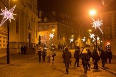 VARSOVIA, POLONIA - 2 DE ENERO DE 2016: Opinión de la noche de la calle de Freta en la decoración de la Navidad fotografía de archivo libre de regalías