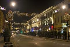 VARSOVIA, POLONIA - 2 DE ENERO DE 2016: Opinión de la noche de la calle de Nowy Swiat en la decoración de la Navidad imagen de archivo libre de regalías