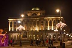 VARSOVIA, POLONIA - 2 DE ENERO DE 2016: Opinión de la noche del palacio de Staszic en decoraciones de la Navidad Foto de archivo