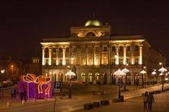 VARSOVIA, POLONIA - 2 DE ENERO DE 2016: Opinión de la noche del palacio de Staszic en decoraciones de la Navidad Fotos de archivo libres de regalías