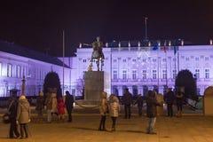 VARSOVIA, POLONIA - 2 DE ENERO DE 2016: Vista del palacio presidencial en decoraciones de la Navidad Imágenes de archivo libres de regalías