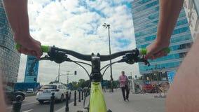 VARSOVIA, POLONIA - 18 DE JULIO DE 2017 El POV tiró de un hombre que completaba un ciclo en el centro de ciudad almacen de metraje de vídeo