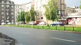 VARSOVIA, POLONIA - 11 DE JULIO DE 2017 El tiro que viaja de un afer de la calle de la ciudad llueve almacen de metraje de vídeo