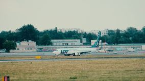 VARSOVIA, POLONIA - 15 DE JUNIO DE 2018 Aterrizaje de aeroplano de LOT Polish Airlines SP-LWB Boeing 737-89P almacen de video