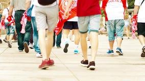 VARSOVIA, POLONIA - 10 DE JUNIO DE 2017 Los fanáticos del fútbol polacos de los jóvenes caminan a lo largo de la calle Fotografía de archivo