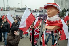 Varsovia, Polonia - 11 de noviembre de 2018: Las banderas nacionales, las bufandas, los sombreros, los pernos etc se podían compr foto de archivo libre de regalías