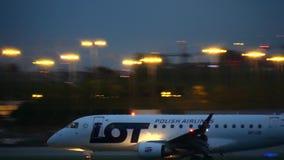 VARSOVIA, POLONIA - 14 DE SEPTIEMBRE DE 2017 Aterrizaje de aeroplano comercial de LOT Polish Airlines Embraer ERJ-170STD el Chopi almacen de video