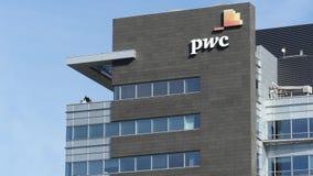 VARSOVIA, POLONIA - 8 DE SEPTIEMBRE DE 2017 Edificio de oficinas moderno de PricewaterhouseCoopers PwC metrajes