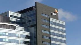 VARSOVIA, POLONIA - 8 DE SEPTIEMBRE DE 2017 Edificio de oficinas de PricewaterhouseCoopers PwC almacen de metraje de vídeo