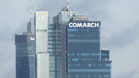 VARSOVIA, POLONIA - 8 DE SEPTIEMBRE DE 2017 Edificios altos modernos del distrito financiero de la ciudad, tiro del teleobjetivo almacen de video
