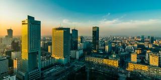 VARSOVIA, POLONIA - DEC 27, 2017: opinión de la tarde del cuarto moderno de la ciudad del negocio Puesta del sol sobre la ciudad  fotografía de archivo