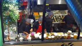 VARSOVIA, POLONIA - DICIEMBRE, 22, 2016 El profesional cocina en el trabajo en cocina del ` s del restaurante visión 4K desde arr fotografía de archivo libre de regalías