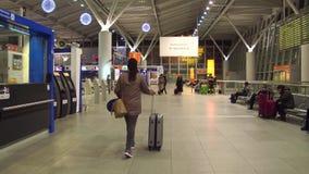 VARSOVIA, POLONIA - DICIEMBRE, 24 pasajeros de la hembra en el área del enregistramiento del terminal de aeropuerto internacional Foto de archivo