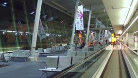 VARSOVIA, POLONIA - DICIEMBRE, 24 pasajeros en la salida del terminal de aeropuerto internacional gandulean Fotos de archivo libres de regalías