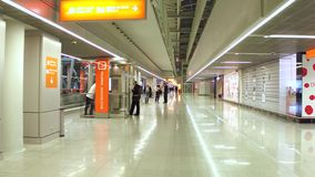 VARSOVIA, POLONIA - DICIEMBRE, 24 salones de la salida del aeropuerto internacional, tiendas con franquicia y zona que fuma Fotografía de archivo libre de regalías