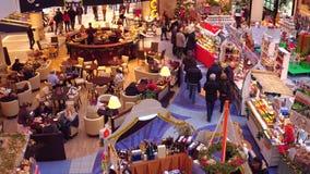 VARSOVIA, POLONIA - DICIEMBRE, 18, 2016 vídeo 4K del bazar de la Navidad y café en alameda de compras moderna típica almacen de video