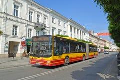 Varsovia, Polonia El autobús del HOMBRE del pasajero va abajo del golpe violento de Novy de la calle Imagenes de archivo