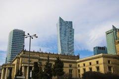 Varsovia, Polonia, el 10 de marzo de 2019: Edificios de oficinas cerca del palacio de la cultura y de la ciencia, Varsovia fotografía de archivo libre de regalías