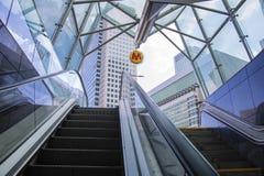 Varsovia, Polonia, el 10 de marzo de 2019: La pista moderna de la escalera móvil se está moviendo adelante, y la escalera móvi foto de archivo libre de regalías