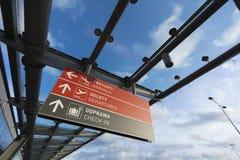 Varsovia, Polonia, Europa, diciembre de 2018, señalización del aeropuerto en el aeropuerto de Modlin imágenes de archivo libres de regalías