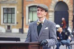 Varsovia, Polonia 03 22 2019 - jugador en el órgano de barril o organillo en el cuadrado en la ciudad vieja Un hombre en vidrios imagenes de archivo